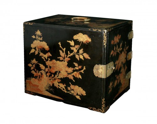 Portable box  in Japanese lacquer with peonies