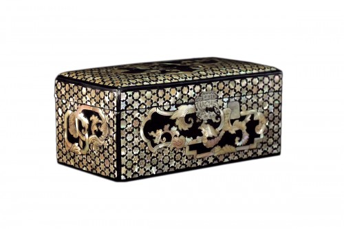 Lacquer box with black background and inlaid mother-of-pearl decoration.