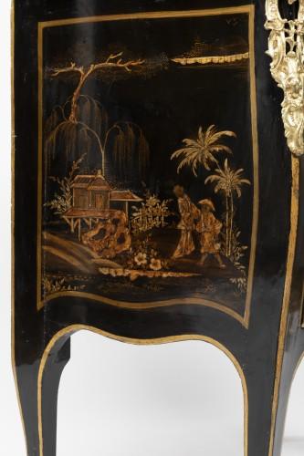 Antiquités - Jean Demoulin small commode in European lacquer, Paris circa 1750