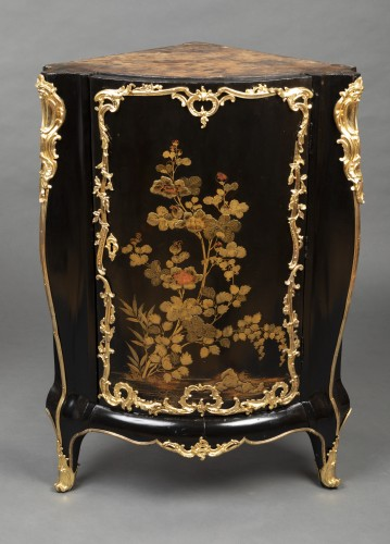 Louis XV - Pair of Japanese lacquer corner cupboards by Delorme, Paris circa 1750