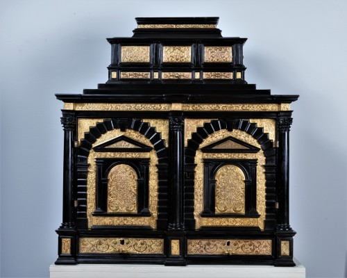 Antiquités - A 16th c. Nuremberg important ebony and brass cabinet
