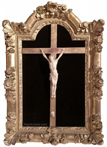 Important Louis XIV period frame with rich sculpture and crucifix