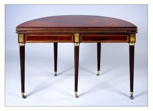 18th century - Semi round table convertible into dining table and game table, 18th century