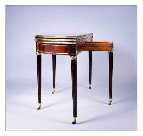 Semi round table convertible into dining table and game table, 18th century - Louis XVI