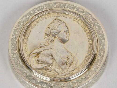 Boîte ronde en argent, Russie XVIIIe siècle - Antique Silver Style Louis XVI