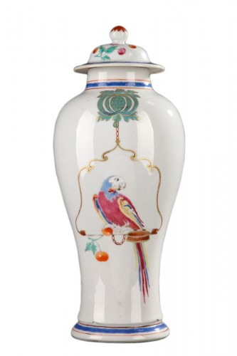 Famille rose chinese porcelain vase with parrots. 18th century.
