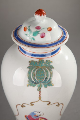 Famille rose chinese porcelain vase with parrots. 18th century. - Asian Art & Antiques Style