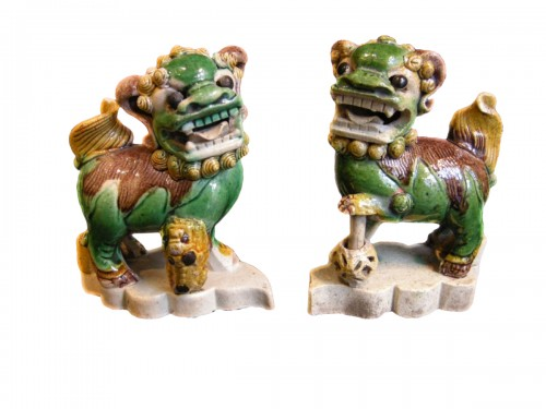 pair of fo dogs incense stick-holder in famille verte biscuit - Kangxi -