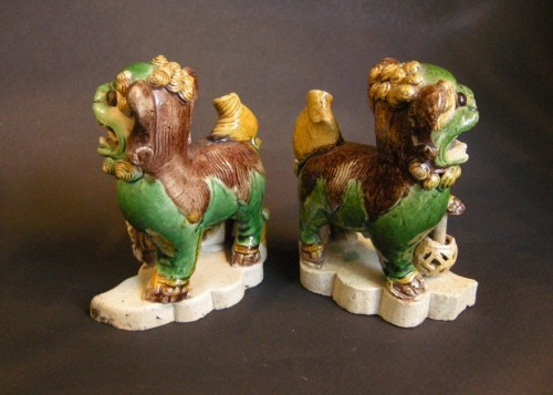 pair of fo dogs incense stick-holder in famille verte biscuit - Kangxi - - Asian Art & Antiques Style