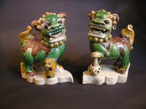 pair of fo dogs incense stick-holder in famille verte biscuit - Kangxi - -