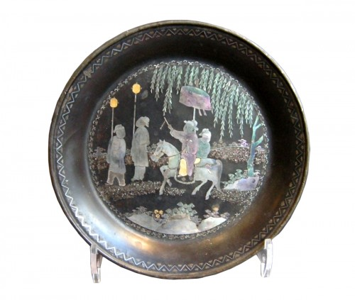 "Small Chinese tray circular in ""lac burgauté""  17th century"