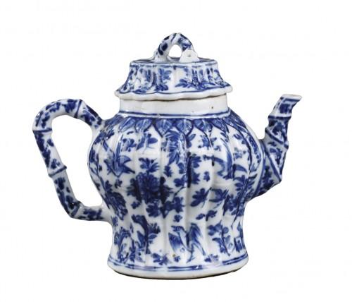 rare wine pot blue and white porcelain  - Kangxi perios (1662/1722)
