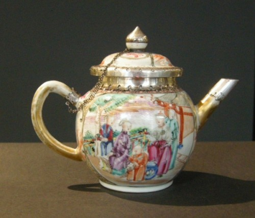 Teapot porcelain Famille rose- Qianlong period 1736/1795 - - Asian Works of Art Style