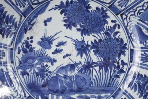 Large dish blue and white porcelain - Japan 1670/1680 - Asian Works of Art Style