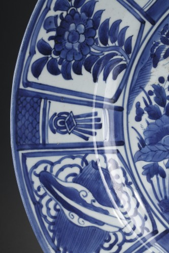 Asian Works of Art  - Large dish blue and white porcelain - Japan 1670/1680