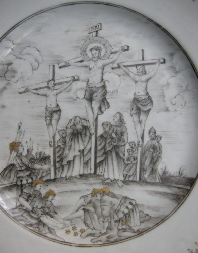 """Dish porcelain grisaille and gold  """" la Crucifixion """" - Circa 1740 - Asian Works of Art Style"""