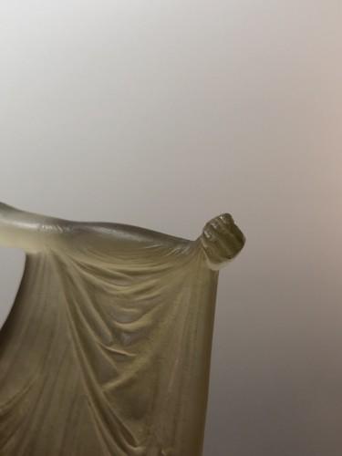 20th century - 1925 René Lalique Suzanne Statuette Yellow Ambré Glass - Woman Statue