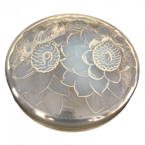 1922 Rene Lalique - Trois Dahlias opalescent glass box