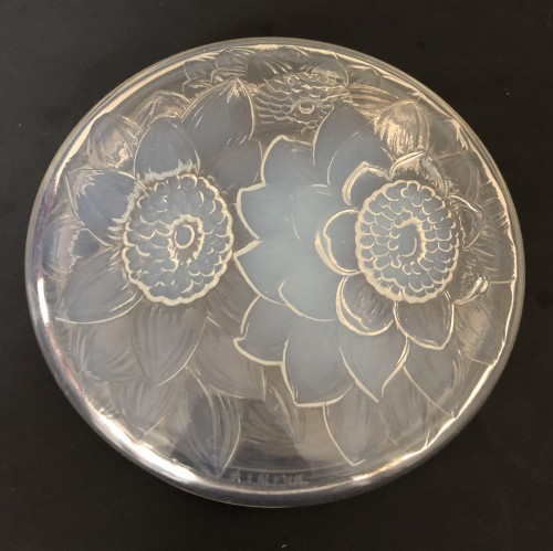 Glass & Crystal  - 1922 Rene Lalique - Trois Dahlias opalescent glass box