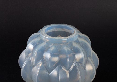 1927 Rene Lalique Nivernais Vase in Triple Cased Opalescent Glass - Glass & Crystal Style Art Déco