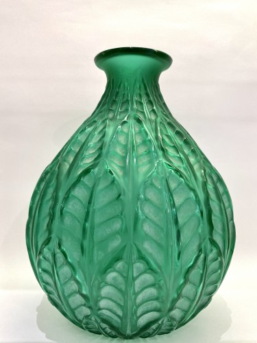 20th century - 1927 René Lalique - Vase Malesherbes Emerald Green Glass White Patina