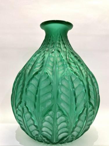 20th century - 1927 René Lalique - Vase Malesherbes Emerald Green Glass White Patina