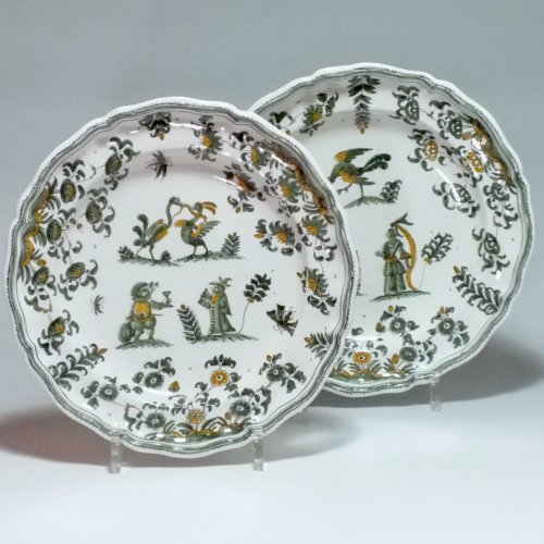 Moustiers - Pair of plates decorated with grotesque - eighteenth century
