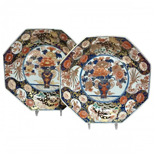 Pair of large dishes with imari decoration - Japan Early eighteenth century