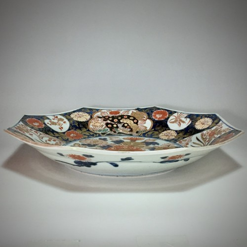 Antiquités - Pair of large dishes with imari decoration - Japan Early eighteenth century