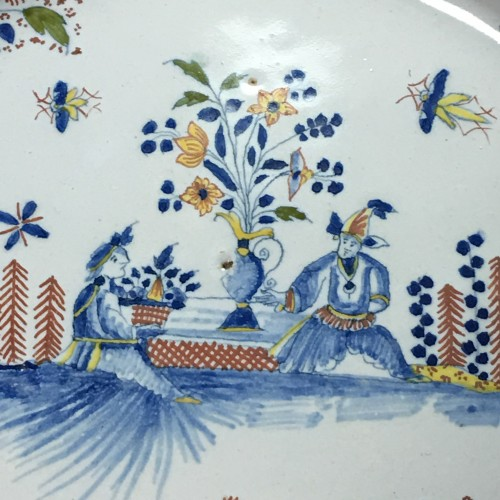 Dish decorated with Chinese - Moulins 18th century - Porcelain & Faience Style Louis XV