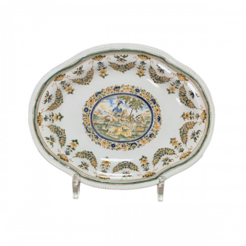 Small dish decorated with a hunting scene - Moustiers 18th century