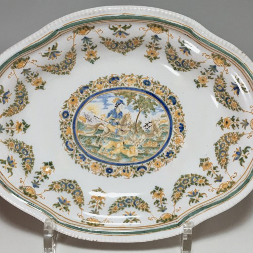 Small dish decorated with a hunting scene - Moustiers 18th century - Porcelain & Faience Style Louis XV