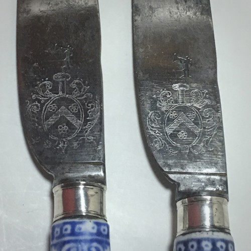 Saint Cloud - Rare pair of knives, blades struck with coats of arms  - eigh - Porcelain & Faience Style French Regence