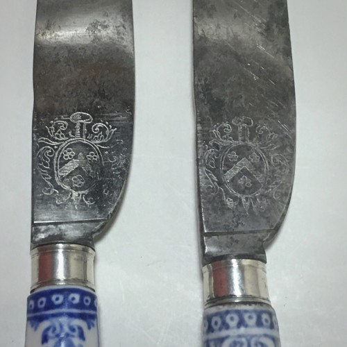 Porcelain & Faience  - Saint Cloud - Rare pair of knives, blades struck with coats of arms  - eigh