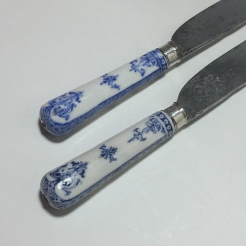 French Regence - Saint Cloud - Rare pair of knives, blades struck with coats of arms  - eigh