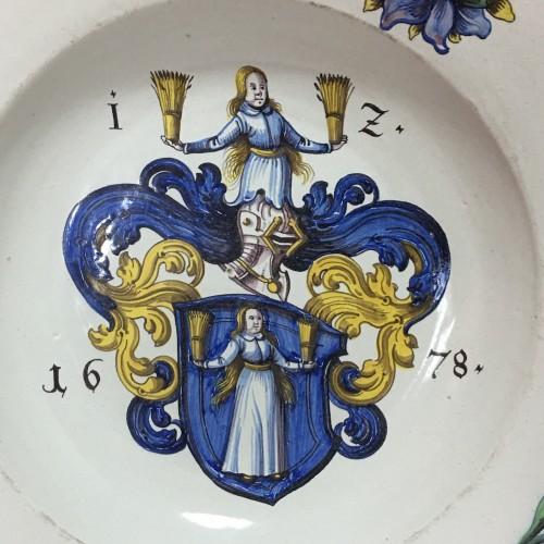 WINTERTHUR (Suisse) Grand plat à décor d'armoiries - Daté 1678 - Porcelain & Faience Style Louis XIII