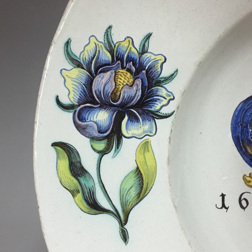 WINTERTHUR (Suisse) Grand plat à décor d'armoiries - Daté 1678 - Louis XIII