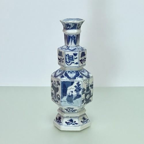 CHINA - Porcelain vase in hexagonal shape - KANGXI Period (1662 - 1722) - Louis XIV