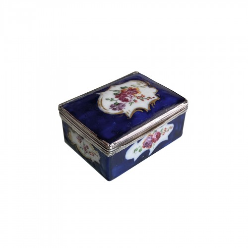 Mennecy porcelain box with blue background - Eighteenth century