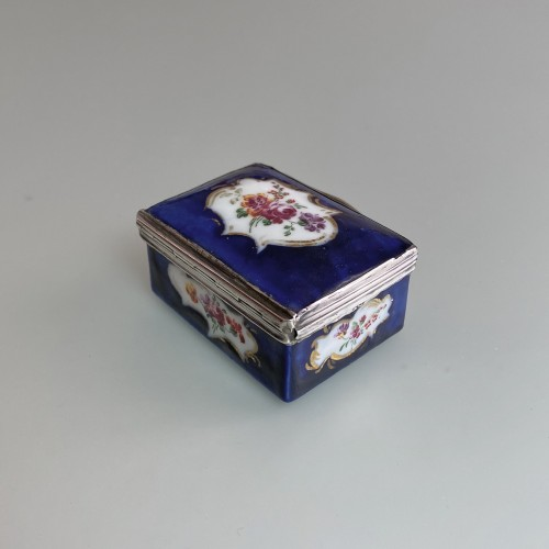 Mennecy porcelain box with blue background - Eighteenth century - Porcelain & Faience Style Louis XVI