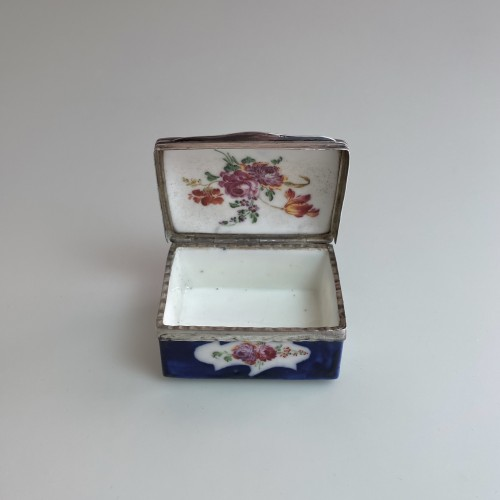 Mennecy porcelain box with blue background - Eighteenth century -