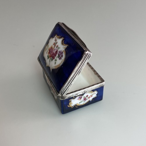 18th century - Mennecy porcelain box with blue background - Eighteenth century