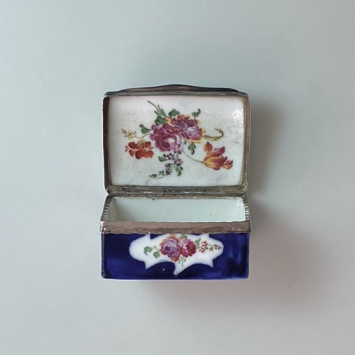Antiquités - Mennecy porcelain box with blue background - Eighteenth century