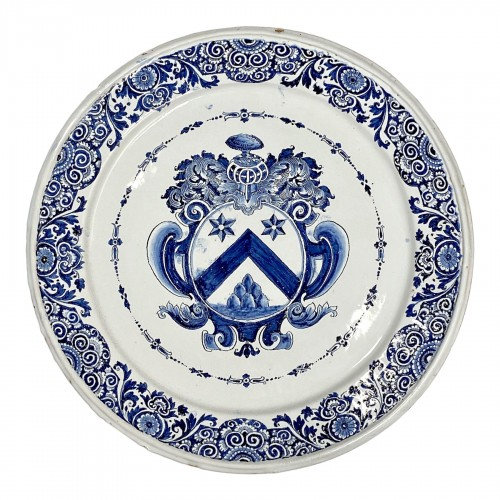 Large dish decorated with a coat of arms - Rouen earthenware First third of the Eight