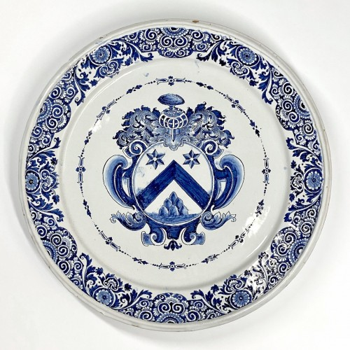Porcelain & Faience  - Large dish decorated with a coat of arms - Rouen earthenware First third of the Eight