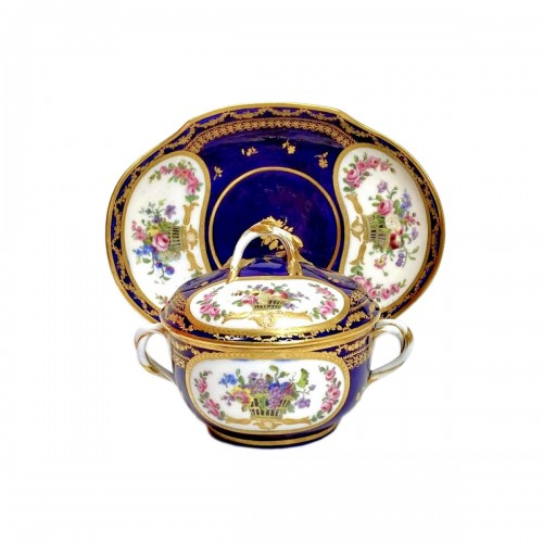 Bouillon bowl with blue background - 18th century Sèvres porcelain