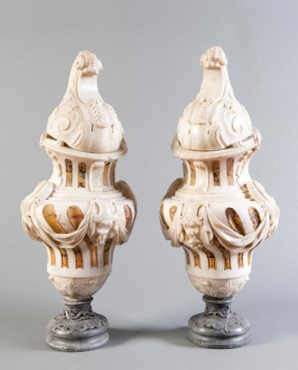paire de vases couverts en marbre d 39 poque louis xiv xviiie si cle. Black Bedroom Furniture Sets. Home Design Ideas