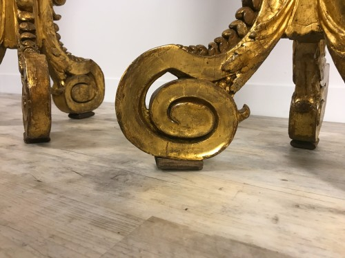Antiquités - Pair of 18th century gueridons in carved and gilded wood