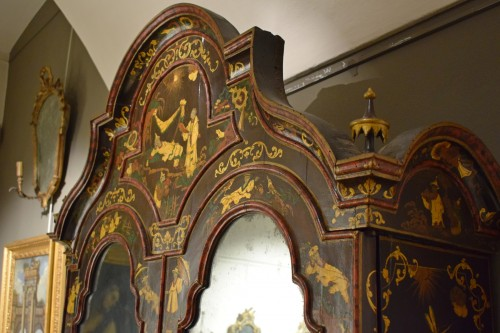 18th century - 18th Century Polychrome Lacquered Wood Venice Bureau Cabinet