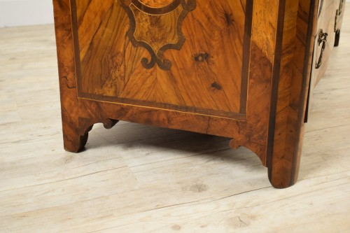 Italian olive wood paved and inlaid cest of drawers, 18th century -